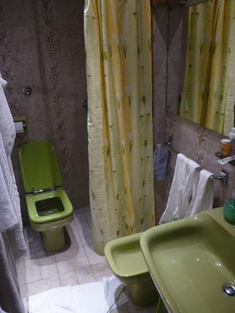HOTEL LORENA: bathroom