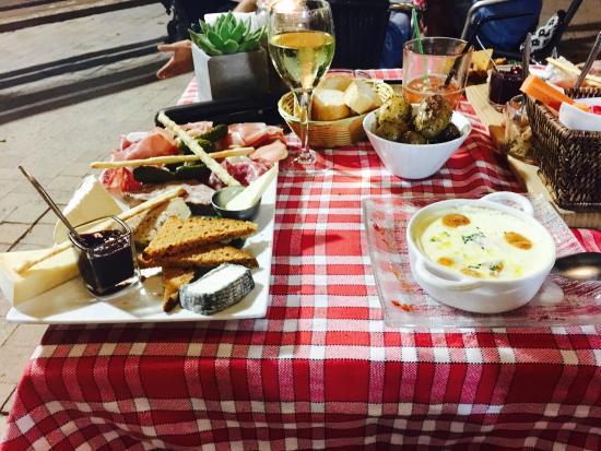 Aux Anges: à droite oeuf cocotte au foie gras, à gauche plateau de charcuterie, fromage et foie gras