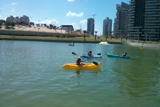Ashdod, Izrael: ילדים בסירות