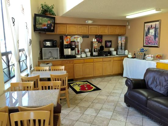 Super 8 San Luis Obispo: Breakfast room and office