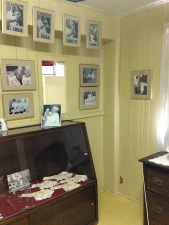 Dionne Quints Museum: Bedroom where the girls were born