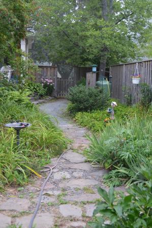 The Stella Rose B&B: backyard path