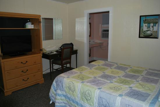 The Coast Village Inn & Cottages : Our room #1