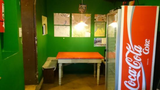 Hostel Achalay: Mesa de trabalho e diversos mapas da patagônia e região