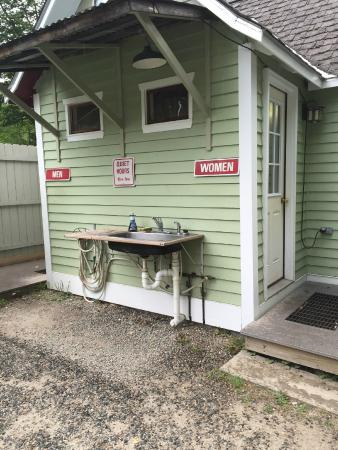 Country Bumpkins Campground and Cabins: Bathhouse