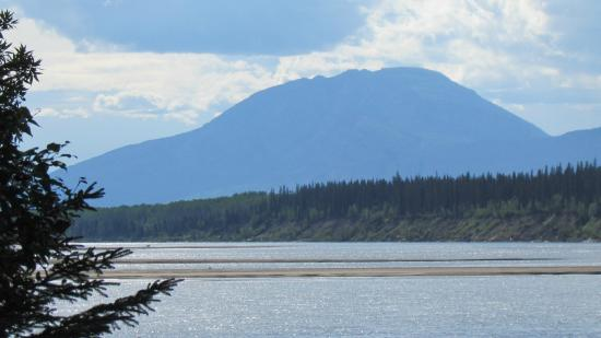 Fort Liard, Canadá: View of Nahanni Butte from Blackstone TT Park
