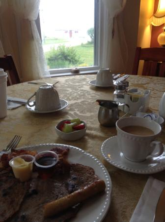 Tidal Watch Inn: Breakfast presentation
