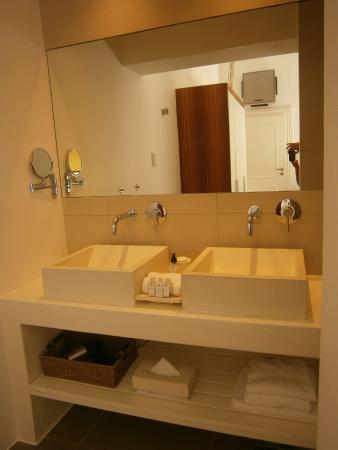 2Inn1  Kensington: Room bathroom