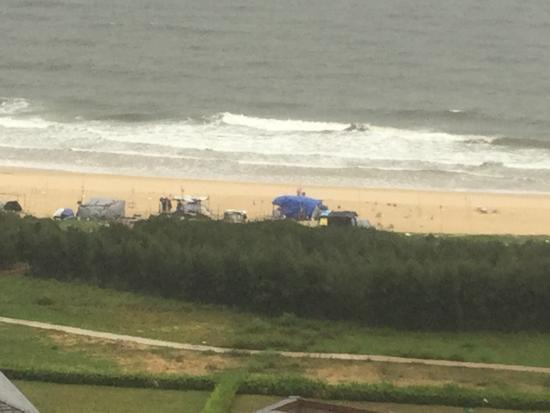 Ten Miles Silver Beach: Junky huts set up in the beach to sell junk