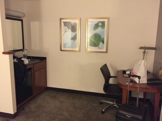 Hyatt Place Fair Lawn Paramus: wet bar and desk area