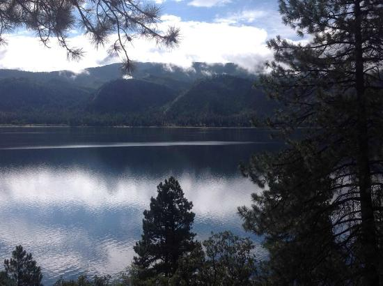 Pine River Lodge: Lake Vallecito - view from cabin deck