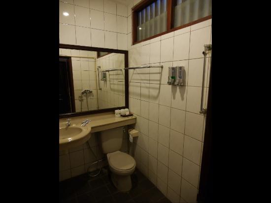 Bali Segara Hotel: Bathroom