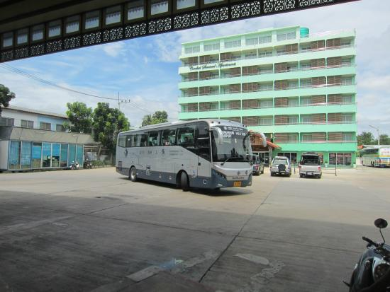 Cordial Serviced Apartments: バスターミナル隣に位置します