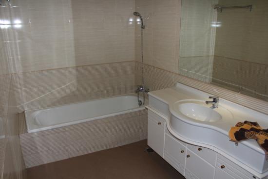 Taman Agung Hotel: Bathroom