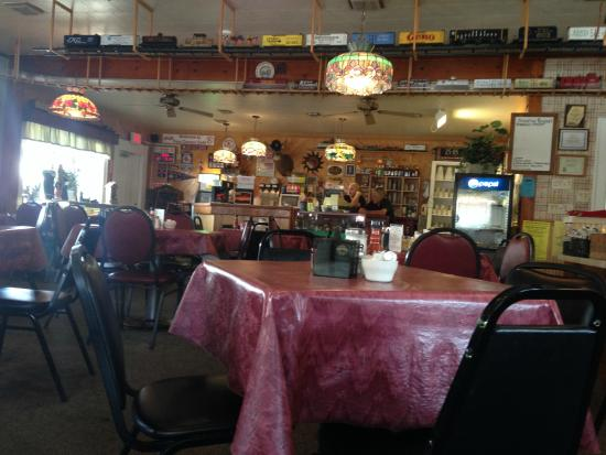 Eden, NY: Four Corners Cafe - Trains around the ceiling