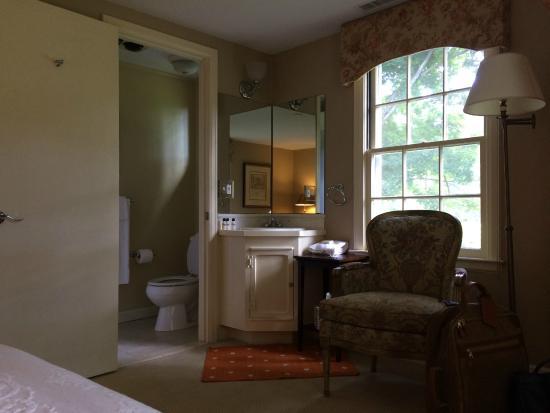 Starbuck Inn Bed and Breakfast: looking toward the bathroom