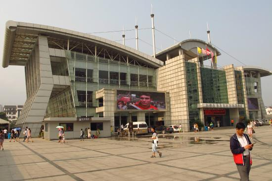 Vide Hotel: Tianmen Mountain cable car and bus station across the street