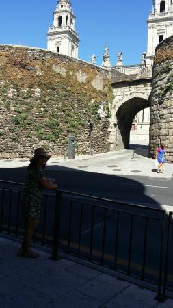 The Roman Walls of Lugo: Muralla romana de Lugo. Puerta de Santiago y Catedral