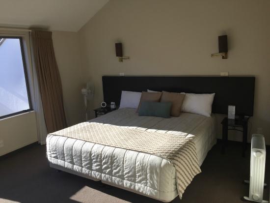 Hurley's of Queenstown: comfortable bed in large room