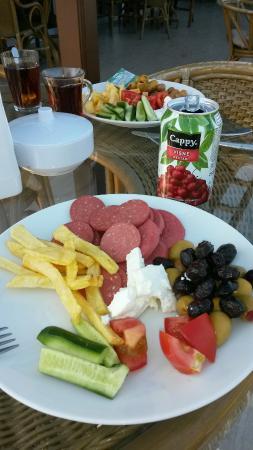 Meram Park Hotel : Caddeye karsi bi kahvaltı ✌👍