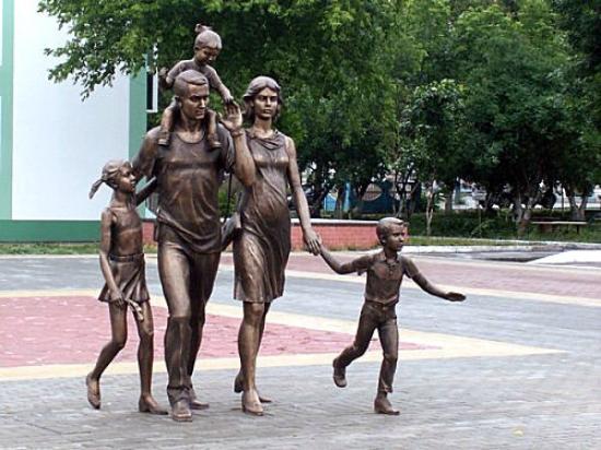 Astrakhan, รัสเซีย: Фото из интернета. Памятник семье, который планировали установить у Лебединого озера (из прессы)