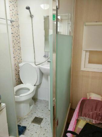 Dongdaemun Hostel: Toilet inside