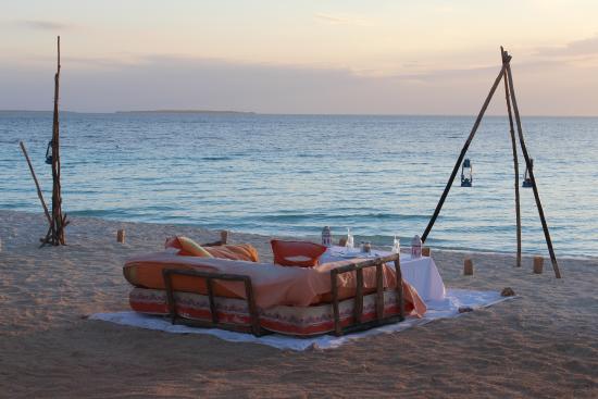 Au dessus du bar de la plage de profonds canap s pour for Canape zanzibar