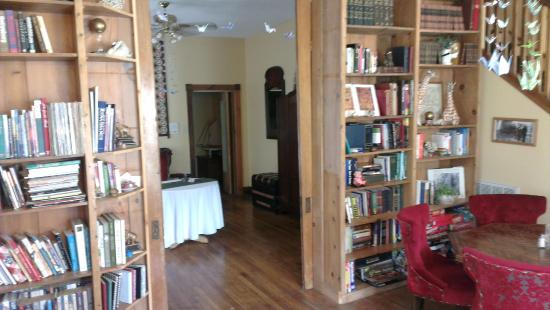 Locust Street Inn: The library area on the ground floor