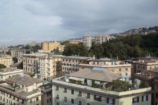Bin & Ban Bed & Breakfast : La vista su Genova dalla terrazza dove la signora Anna serve la sua speciale colazione!