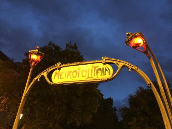 Hotel Du Moulin: Subway station Pigalle