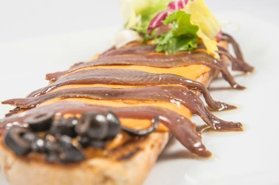 Restaurante El 13 de San Anton: Tosta de anchoas del cantábrico
