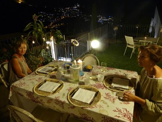 cena a lume di candela per noi sulla terrazza pranzo - Foto di ...