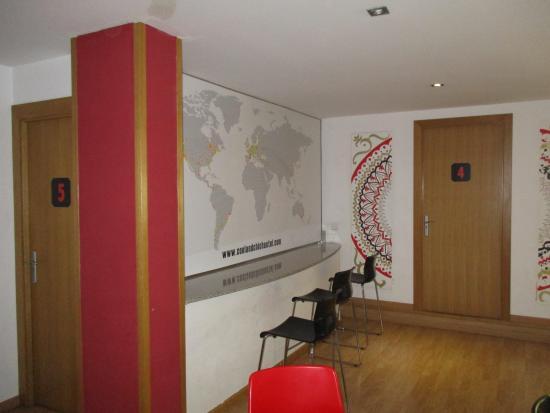 Cool & Chic Hostel: coin calme avec une belle carte du monde au mur