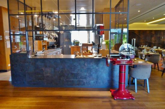 Die offene Küche des Hippo - Picture of RIVA Restaurant & Bar ...