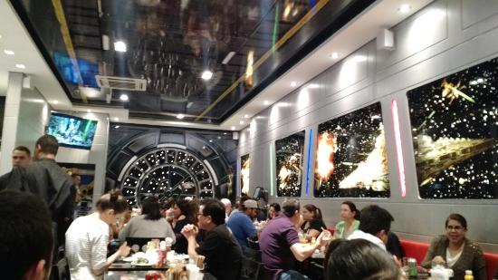 Jeti's Burger & Grill: Salão decorado!