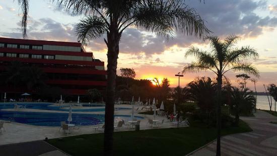 Royal Tulip Brasilia Alvorada: Pôr do sol na área da piscina