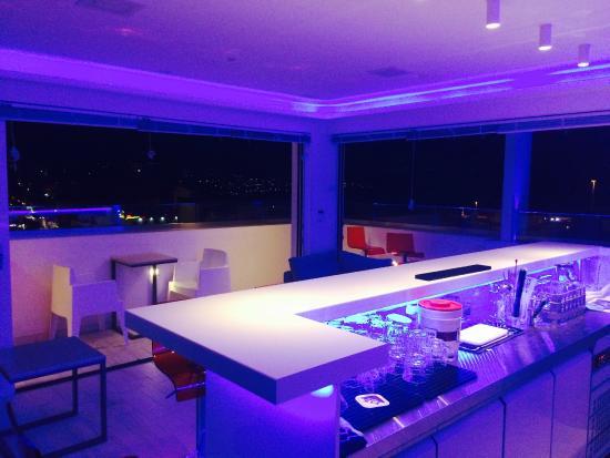 Hotel Ikaros: Lounge bar con vista mare