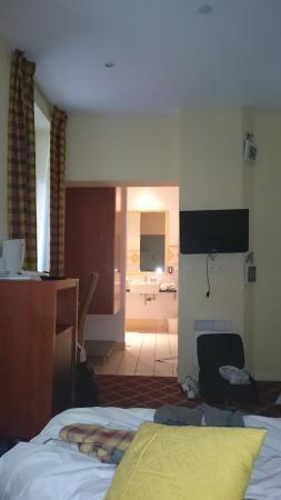 Hotel des Marquisats: Vue du lit, la douche est sur votre droite, dans un renfoncement. Idem pour les toilettes, mais