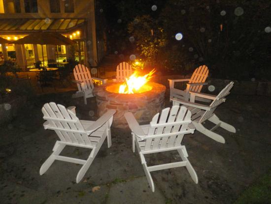 The Maine Dining Room: Neat fire pit just outside the Harraseeket Inn, Freeport, ME