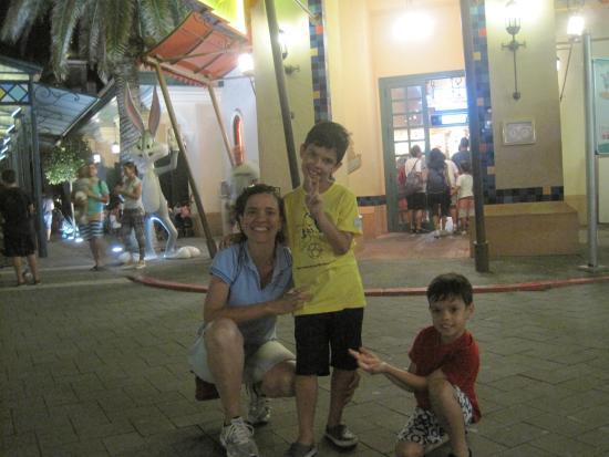 Parque Warner Madrid: Minha esposa e filhos cansados após um dia de diversão