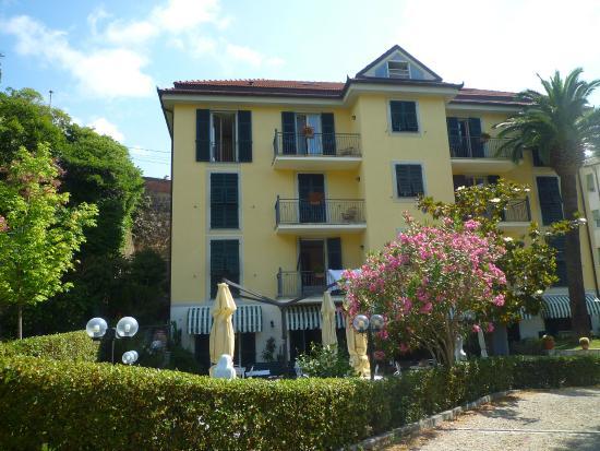 Hotel Villa Argentina: La struttura con giardino