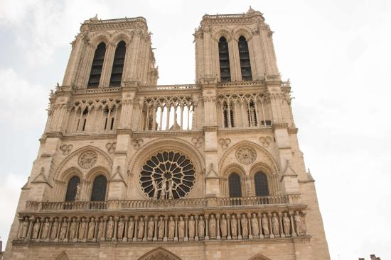 Fachada exterior frontal de catedral de notre dame for Exterior notre dame