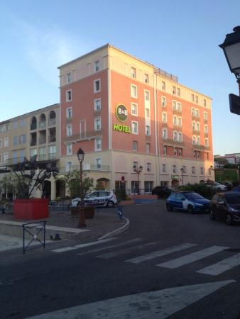 B&B Hôtel Martigues Port de Bouc : VUE DE L HOTEL DEPUIS LES QUAIS DU PORT