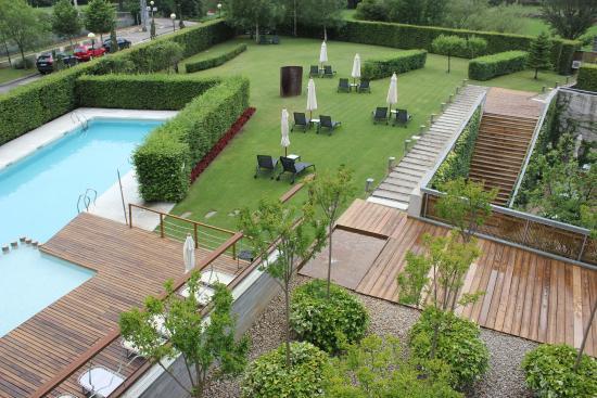 Jard n y piscina hotel tierra de biescas fotograf a de for Tierra para jardin