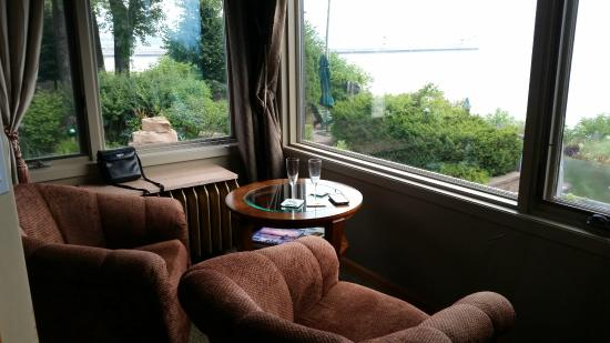 Solglimt Bed & Breakfast: Sitting area overlooking the lake.