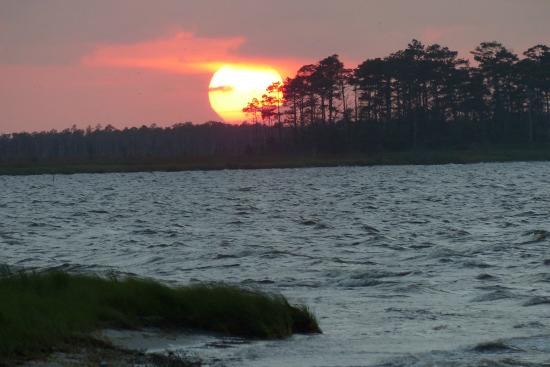 Wanchese Inn B&B: Awesome sunset before the Purple Marlins return