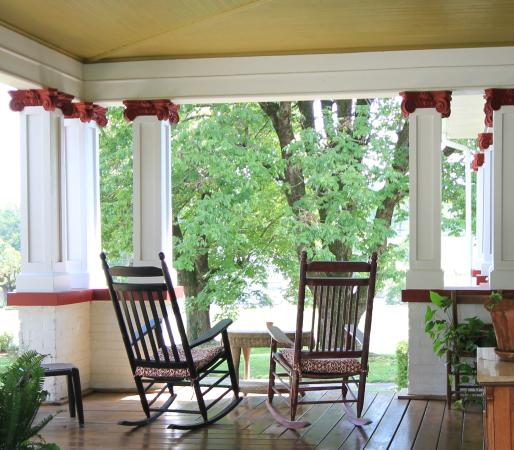 The Inn At Glen Alpine: Every porch needs some great rockers!
