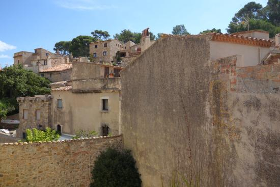 Castillo de Tossa de Mar: Well maintained walkable rampart walls.