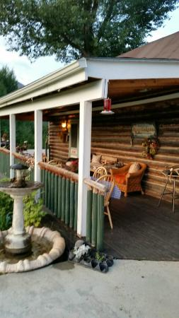 Twin Lakes Roadhouse Lodge