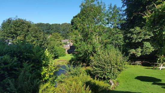 Calder Bridge, UK: Beautiful morning view from our window over the garden and river.